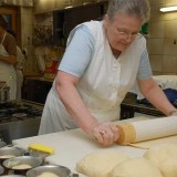 Oma Preis bei der Zubereitung in der Küche